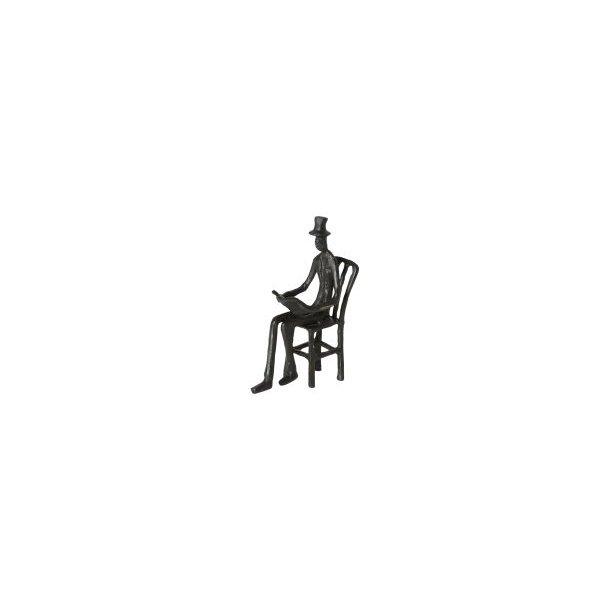 Figur – Mand på stol med bog - Historiefortæller