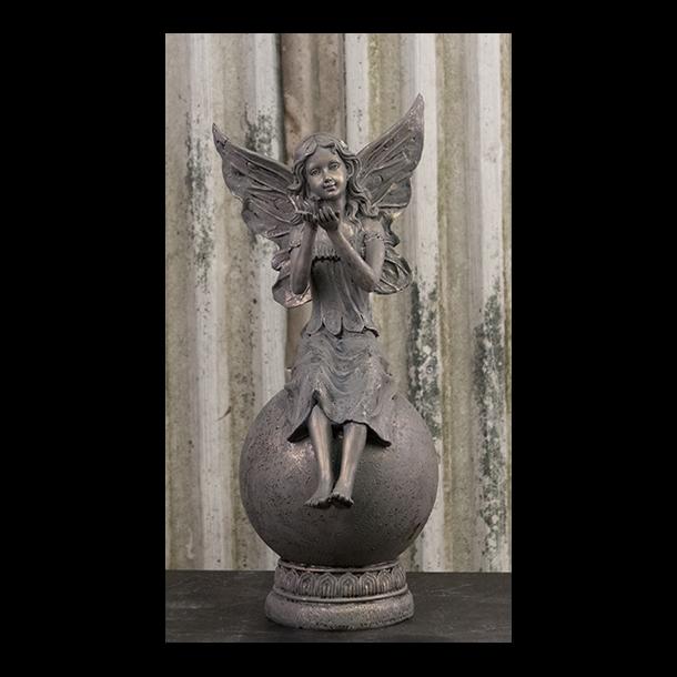 Ubrugte Figur – Engel/Fe siddende på kugle. - Figurer og pynt til hjemmet TQ-76