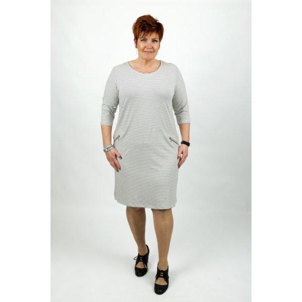 Kanok - kjole - Freja off white stripe XXXL-50/52